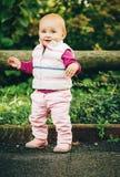 Bebé adorable que juega afuera Fotografía de archivo