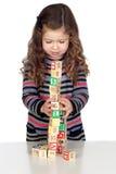 Bebé adorable que juega con los bloques de madera Fotografía de archivo
