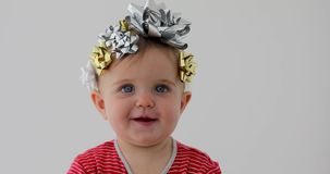 Bebé adornado con un arco como regalo almacen de metraje de vídeo