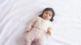 Bebé afroamericano feliz que miente en la manta en casa metrajes