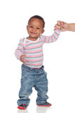 Bebé afroamericano hermoso que aprende caminar Fotos de archivo