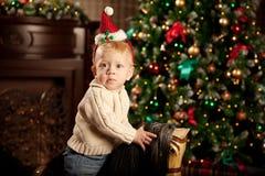 Bebé agradable cerca del árbol de navidad Niño pequeño que celebra a Cristo Foto de archivo libre de regalías