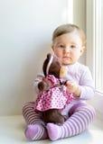 Bebé agradable triste con el oso del juguete imagenes de archivo