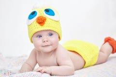 Bebé alegre en sombrero del pollo Fotografía de archivo