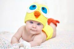 Bebé alegre en sombrero del pollo Fotos de archivo