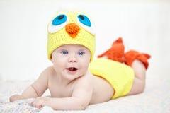 Bebé alegre en sombrero del pollo Imagen de archivo