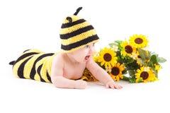 Bebé alegre lindo en traje de la abeja Imagenes de archivo
