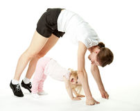Bebé alegre y su ejercicio de la madre Imagen de archivo libre de regalías
