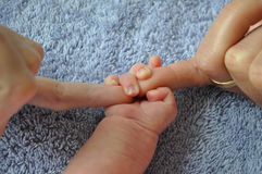 Bebé apoyado por los miembros de la familia Foto de archivo libre de regalías