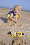 Bebé aproximadamente para tomar-lhe vidros da natação Imagem de Stock Royalty Free