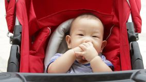 Bebé asiático en cochecito de bebé almacen de metraje de vídeo