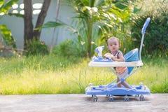 Bebé asiático en el caminante del bebé Fotografía de archivo