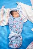 Bebé asiático envuelto con la manta Imagen de archivo libre de regalías