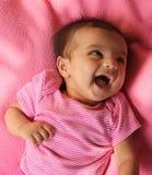 Bebé asiático feliz em panos cor-de-rosa Imagem de Stock Royalty Free