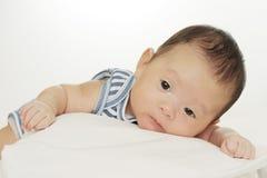 Bebé asiático lindo que dobla encima Imagenes de archivo