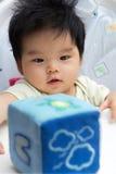 Bebé asiático pequeno na cadeira elevada Foto de Stock Royalty Free