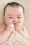 Bebé asiático que echa los dientes Foto de archivo
