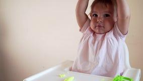 Bebé asiático que juega la pasta colorida almacen de video