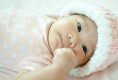 Bebé asiático que pone en cama Foto de archivo