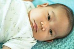 Bebé asiático que pone en cama Foto de archivo libre de regalías