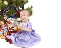 Bebé bajo el árbol de navidad Imagen de archivo