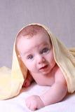 Bebé bajo la manta amarilla Fotografía de archivo libre de regalías