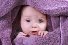 Bebé bajo la manta amarilla Imágenes de archivo libres de regalías