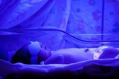 Bebé bajo Phototherapy foto de archivo libre de regalías