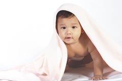 Bebé bajo un edredón fotos de archivo libres de regalías