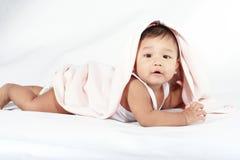 Bebé bajo una manta Foto de archivo libre de regalías