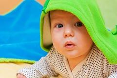 Bebé bajo una manta Imágenes de archivo libres de regalías