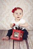 Bebé bastante pequeño que juega con la amoladora de café Fotografía de archivo libre de regalías