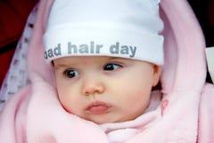 Bebé bonito con el sombrero cobarde encendido Imágenes de archivo libres de regalías