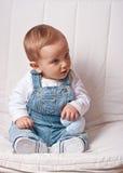 Bebé que guardara um coração enchido Fotografia de Stock