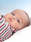 Bebé bonito que olha a câmera Imagens de Stock