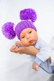Bebé bonito y divertido en las manos de la madre Imagenes de archivo