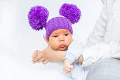 Bebé bonito y divertido en las manos de la madre fotografía de archivo
