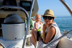 Bebé a bordo yachting Fotografía de archivo