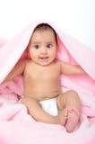 Bebé/cabrito indios lindos que se sienta con una manta. imagen de archivo