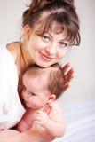Bebé cariñoso de la explotación agrícola de la mama fotografía de archivo