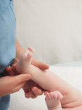 Bebé caucásico del masaje del doctor pequeño imágenes de archivo libres de regalías