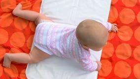Bebé caucásico hermoso en la manta fotografía de archivo libre de regalías