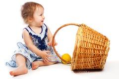 Bebé cerca de la cesta imagen de archivo libre de regalías