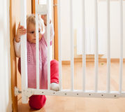 Bebé cerca de la puerta de escaleras Imágenes de archivo libres de regalías