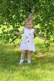 Bebé cerca del abedul Imagen de archivo