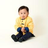 Bebé chino en equipo del Año Nuevo de chino tradicional Fotos de archivo libres de regalías