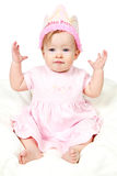 Bebé com chapéu e mão do aniversário no ar Fotografia de Stock Royalty Free