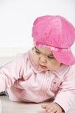 Bebé com o tampão cor-de-rosa que encontra-se para baixo Imagens de Stock Royalty Free