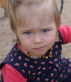 Bebé com olhos azuis grandes Fotos de Stock