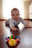 Bebé com seus primeiros brinquedos fotografia de stock royalty free